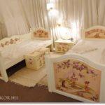 Hogyan készül a mesés gyerekágy? – Az ikrek festett szobabútorának története