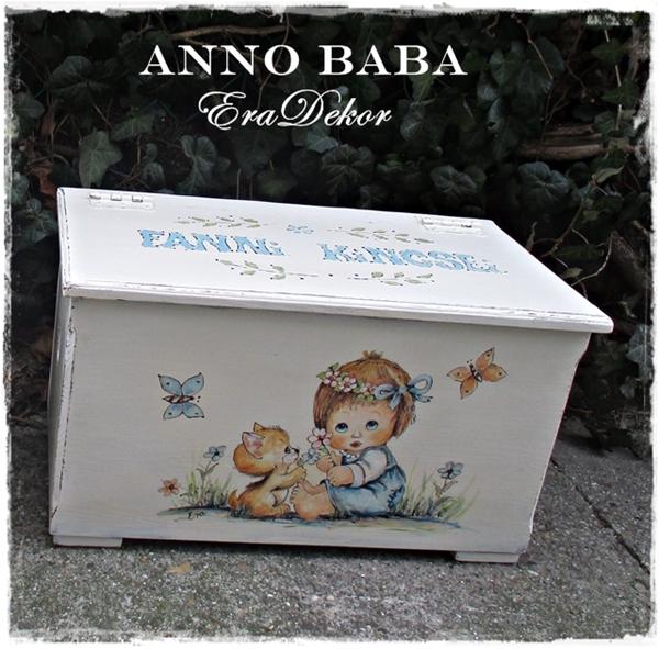 Játéktároló láda ANNO tömörfenyő Fanninak – kislány cicával